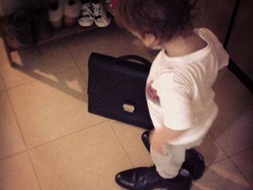 Сын Алены Водонаевой Богдан любит примерять папину обувь