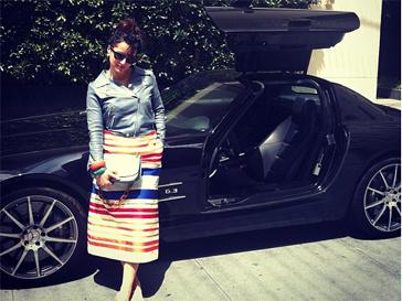 В Лос-Анджелесе Тина Канделаки вполне по-русски фотографировалась на фоне крутых машин.