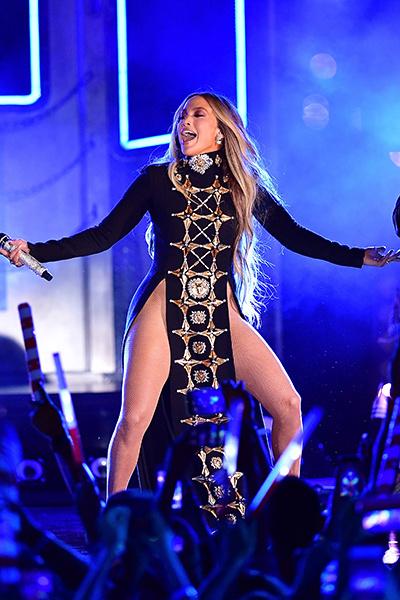 В блоге Дженнифер Лопес появилось фото в провокационном платье