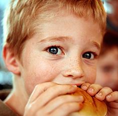 Запретный плод: чем опасен фастфуд для детей