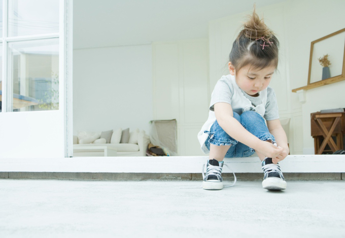 Ребенок сам завязывает шнурки