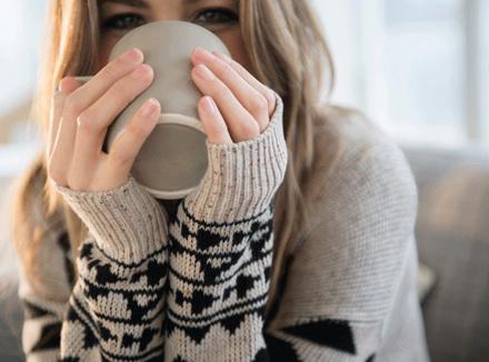 Женщина пьет чай из кружки