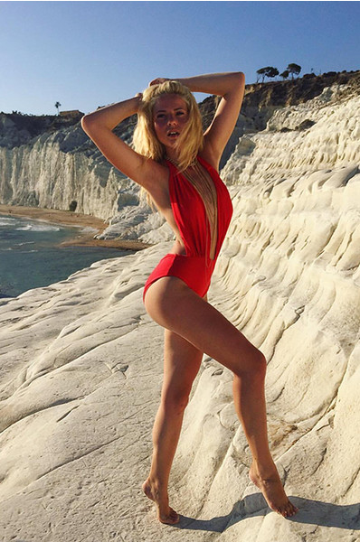 Красивая девушка в бикини на пляже