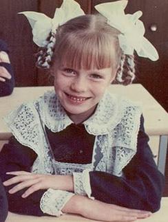 Советские школьницы пытались разнообразить свою школьную форму, потому выбирали оригинальные воротнички, манжеты и банты
