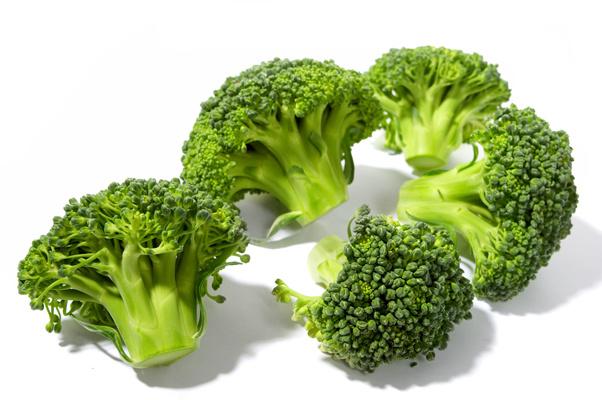 Восполнить нехватку витамина С поможет киви, капуста брокколи и шпинат.