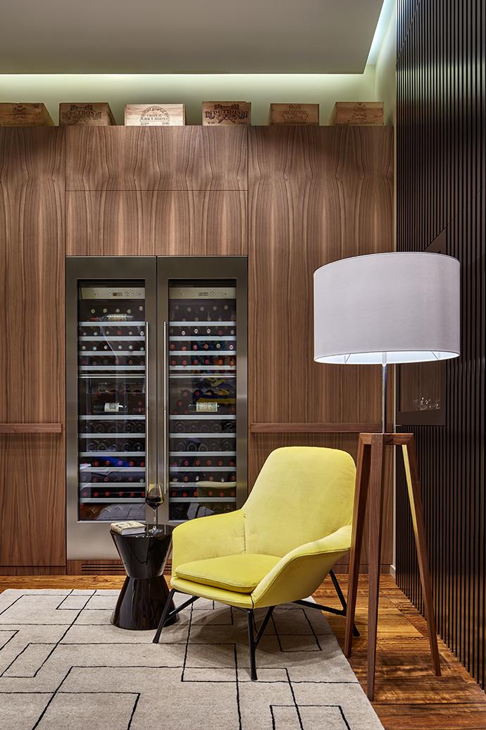 Система хранения со встроенными винными шкафами и гардеробной