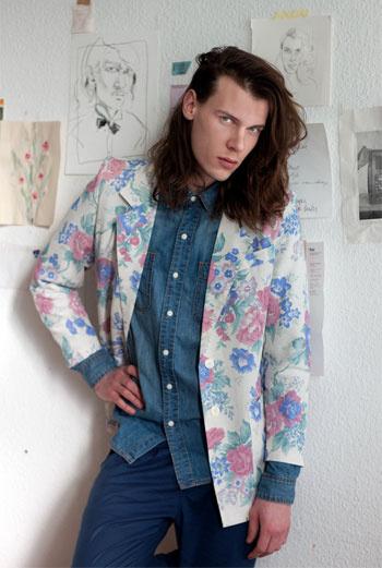 Расписному пиджаку берлинца по имени Макс могут позавидовать даже девушки: чуть выцветший принт – вспышка всего образа.