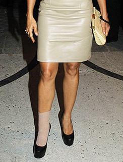 Фиксирующая повязка в тон платья на ноге Сальмы Хайек дополнила ее наряд.