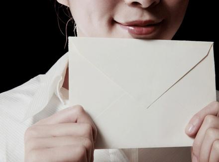 Женщина с конвертом в руках