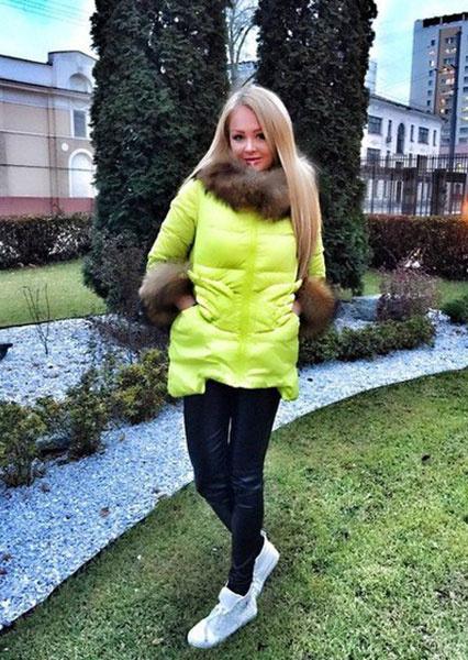 Дарья Пынзарь в желтом пуховике