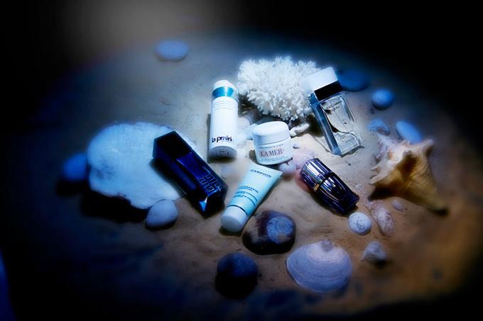 Омолаживающая сыворотка на основе черной водоросли Le Soin Noir Sérum, Givenchy; восстанавливающая эмульсия на основе зеленых и красных водорослей Advanced Marine Biology, La Prairie; увлажняющий крем с облегченной текстурой The Moisturizing Soft Cream, La Mer; увлажняющий крем Hydraskin Essential на основе морского растения саликорнии, Darphin; ночная сыворотка для контура глаз на основе антарктического биоэкстракта Re-nutriv Re-Creation Night Serum, Estée Lauder; туалетная вода Light Blue Dreaming in Portofino, Dolce&Gabbana.