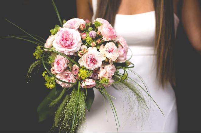 Обязательно ли дарить на свадьбу цветы
