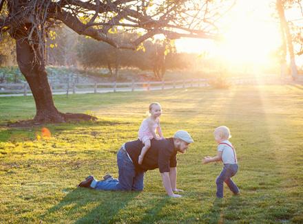 Папа играет с детьми