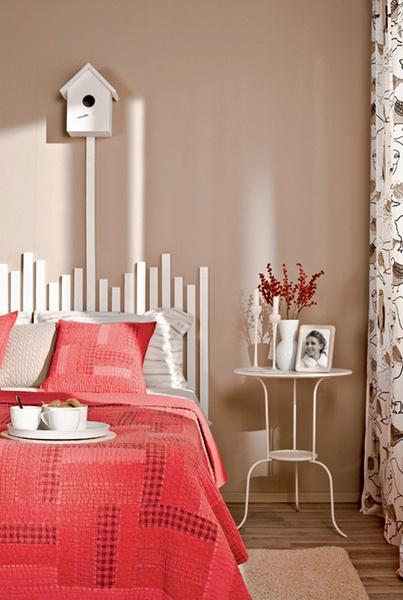 Изголовье кровати выполнено из штакетника. Егопокрасили вбелый цвет иприкрутили шурупами прямо кстене. Поддержать иллюзию, чтоизголовьем служит забор, помогает закрепленный нарейке скворечник. Ветка с ягодами декоративная (ASA), 340 руб./шт., «Евродом», Фоторамка (Mascagni S.p.A., Италия), 840 руб., «Евродом», Ваза (ASA), 970 руб., Евродом», Столик «Линдвед» (ИКЕА), 999 руб.