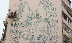 Изображение 25-метрового ангела на оренбургской многоэтажке становится цветным