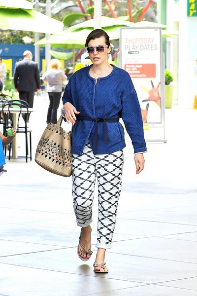 Милла Йовович во время шопинга в Лос-Анджелесе