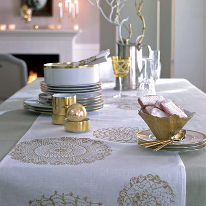 Огоньки свечей неприхотливо отражаются в позолоченных поверхностях вазочек и бокалов.