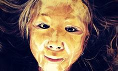 Анита Цой сделала себе золотую маску красоты