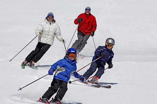 активный отдых зимой, семья на лыжах