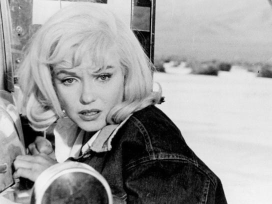 """Кадр из фильма """"Неприкасаемые"""" с Мэрилин Монро, 1962 год."""