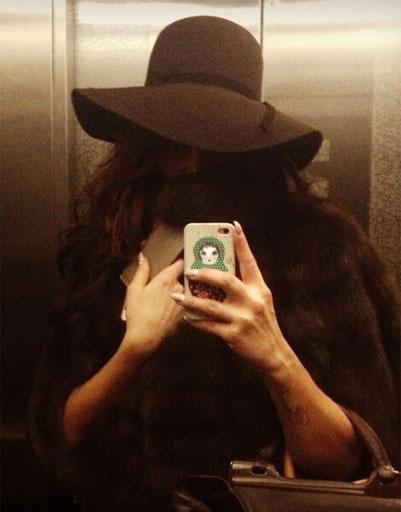 Алена Водонаева в модной широкополой шляпе