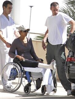 Холли Берри (Halle Maria Berry) продолжила сниматься даже в гипсе.