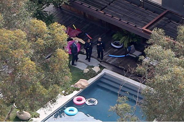 Полиция возле дома Деми Мур