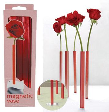 Магнитная ваза Red, DCI, pichshop.ru, 1 999 руб. Необычность этой вазы заключается в том, что она не просто ставится на стол - она слишком тонкая для таких подвигов! Это магнитная ваза - она ставится на стол и примагничивается под скатертью. В такой вазе