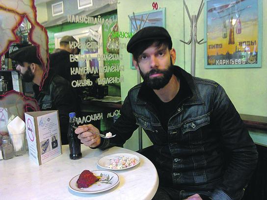 Стефан Олсдал в столовой с горбушей и оливье.