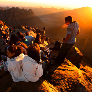 Лучше отправляться на гору ближе к закату - чтобы избежать толпы и действительно полюбоваться на окружающий пейзаж.