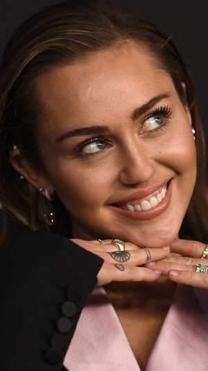 Фото №12 - Не надо стесняться: звезды с неидеальными зубами