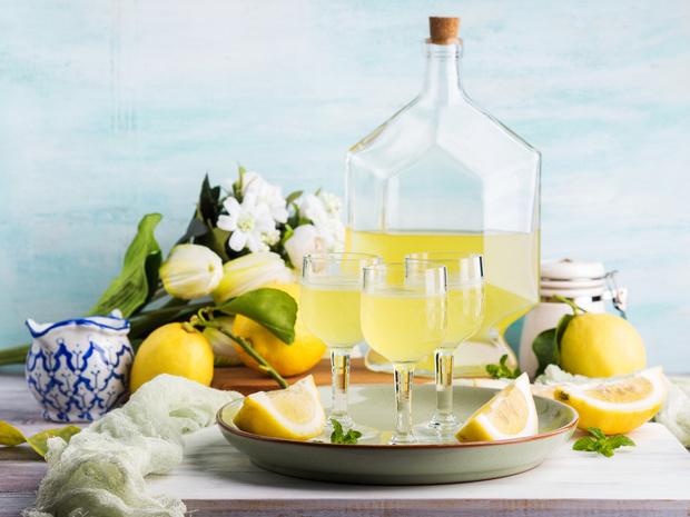 Фото №1 - От лимончелло до имбирной: 5 рецептов домашних настоек