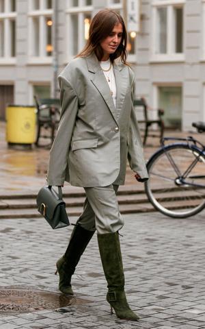 Фото №4 - Как одеваться в серое с головы до ног (и не выглядеть скучно)