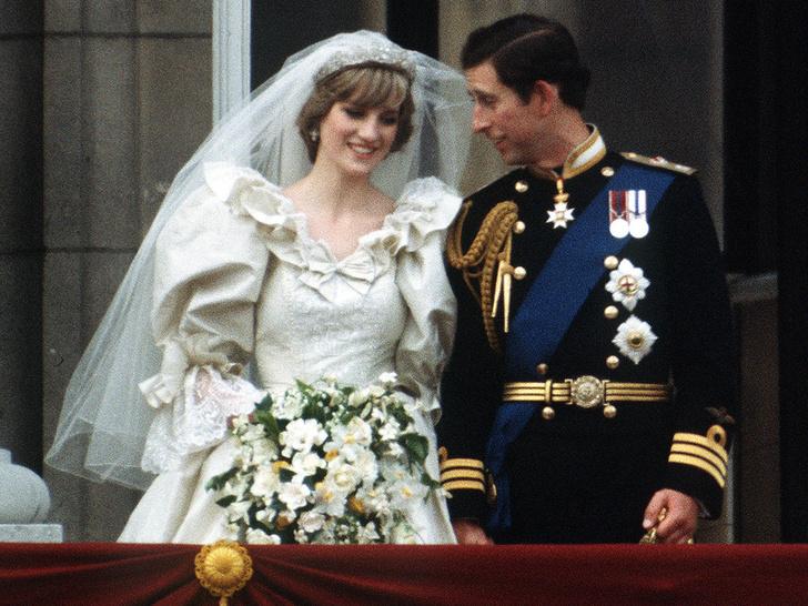 Фото №1 - Зачем Диана заказала сразу два букета невесты к свадьбе с Чарльзом