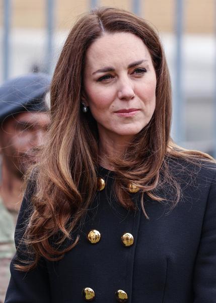 Фото №2 - Пальто за 250 000 и неудачный макияж: первый выход Миддлтон после похорон Филиппа