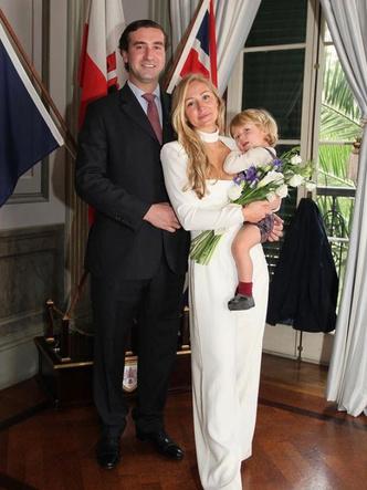 Фото №2 - Эффектное декольте и минимум гостей: как прошла последняя королевская свадьба 2020 года