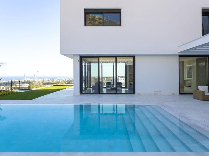 Фото №2 - Минималистская вилла с панорамными окнами на Кипре