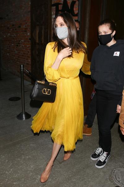 Фото №1 - Луч света в темном царстве: Джоли наконец завершила свой траур по разводу с Питтом