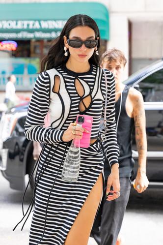 Фото №1 - На стритстайле как на красной дорожке: юбка Дуа Липы с головокружительным разрезом от бедра