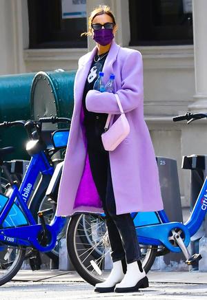 Фото №3 - Акцентные плечи и самый нежный оттенок: пальто для весны 2021 по версии Ирины Шейк