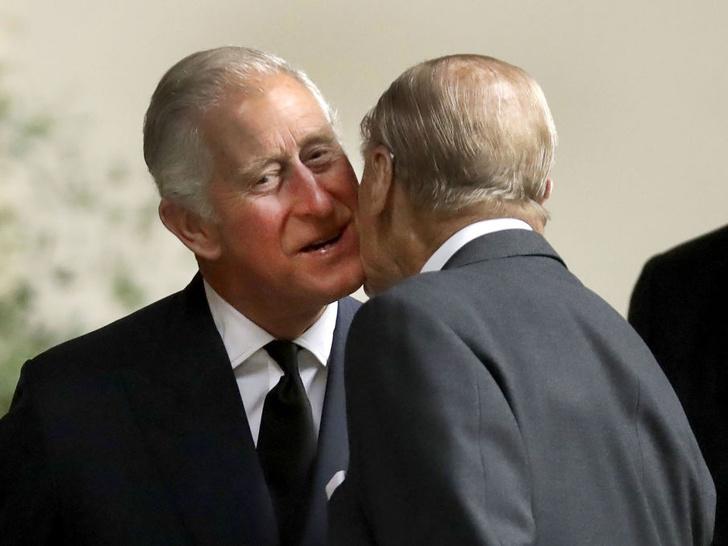 Фото №2 - Прощание с отцом: о чем был последний разговор принцев Чарльза и Филиппа