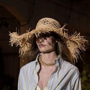 Фото №20 - Панамы, шляпы, кепки: самые модные головные уборы лета 2021