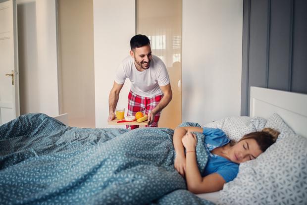 Завтрак в постель, мужчина и женщина завтра в постель фото