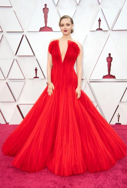 Фото №1 - Костюм гнома и платье-тюль: 30 лучших и худших нарядов звезд на «Оскаре-2021»