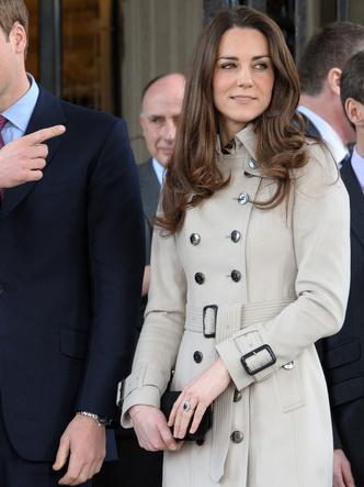 Фото №17 - До свадьбы и стилиста: какими были официальные выходы Кейт в статусе подруги принца