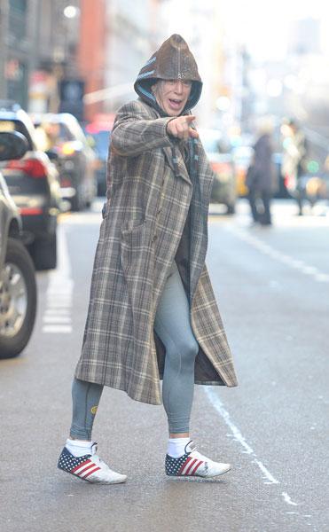 Фото №1 - Микки Рурк одевается как бездомный