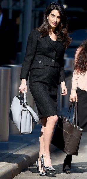 Фото №7 - Всегда безупречна: 11 лучших нарядов беременной Амаль Клуни