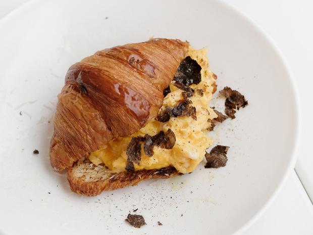 Фото №5 - Сэндвич-круассан: 5 необычных и вкусных идей для завтрака