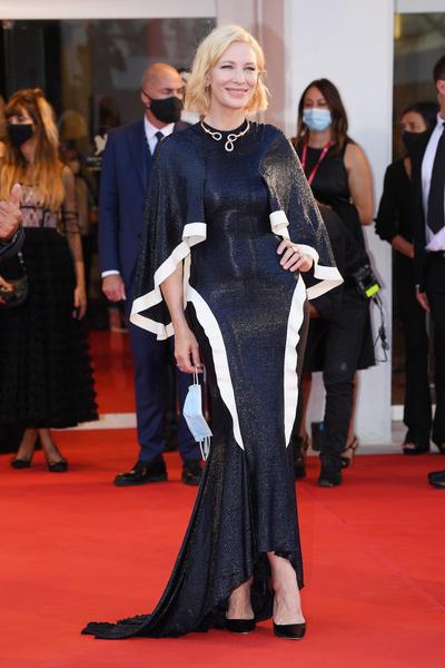 Фото №1 - 25 лучших и худших нарядов звезд на Венецианском кинофестивале— 2020
