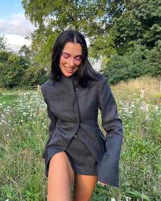 Фото №2 - Лесная нимфа: Дуа Липа показала нереально красивый образ с юбкой и пиджаком